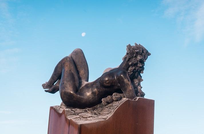 Vertigo. Sculpture en bronze de Félix Roulin. La femme en bronze se tient immobile au bord du vide.