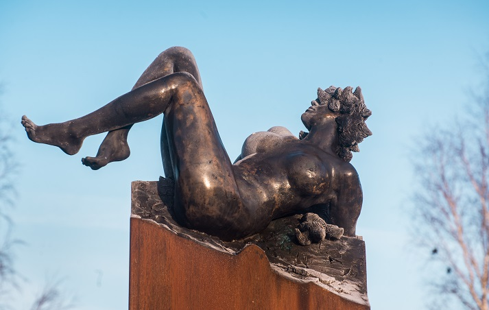 Vertigo. Sculpture en bronze de Félix Roulin. Inauguration 14/11/2019. La femme en bronze nous renvoie au vertige d'une société en pleine mutation.
